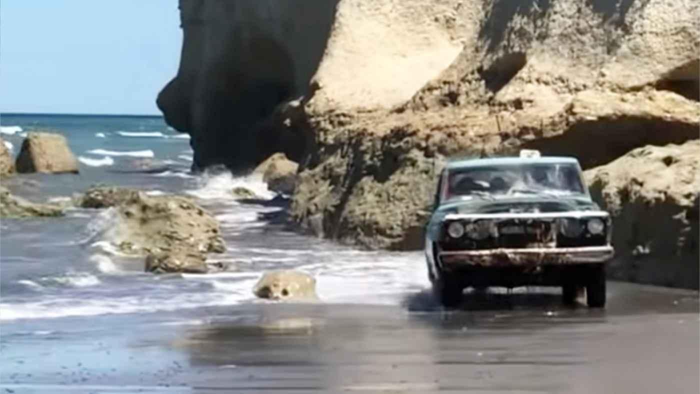 「ホラーだ」「目を疑った」海の中から謎のボロい車がやってきて話題に!