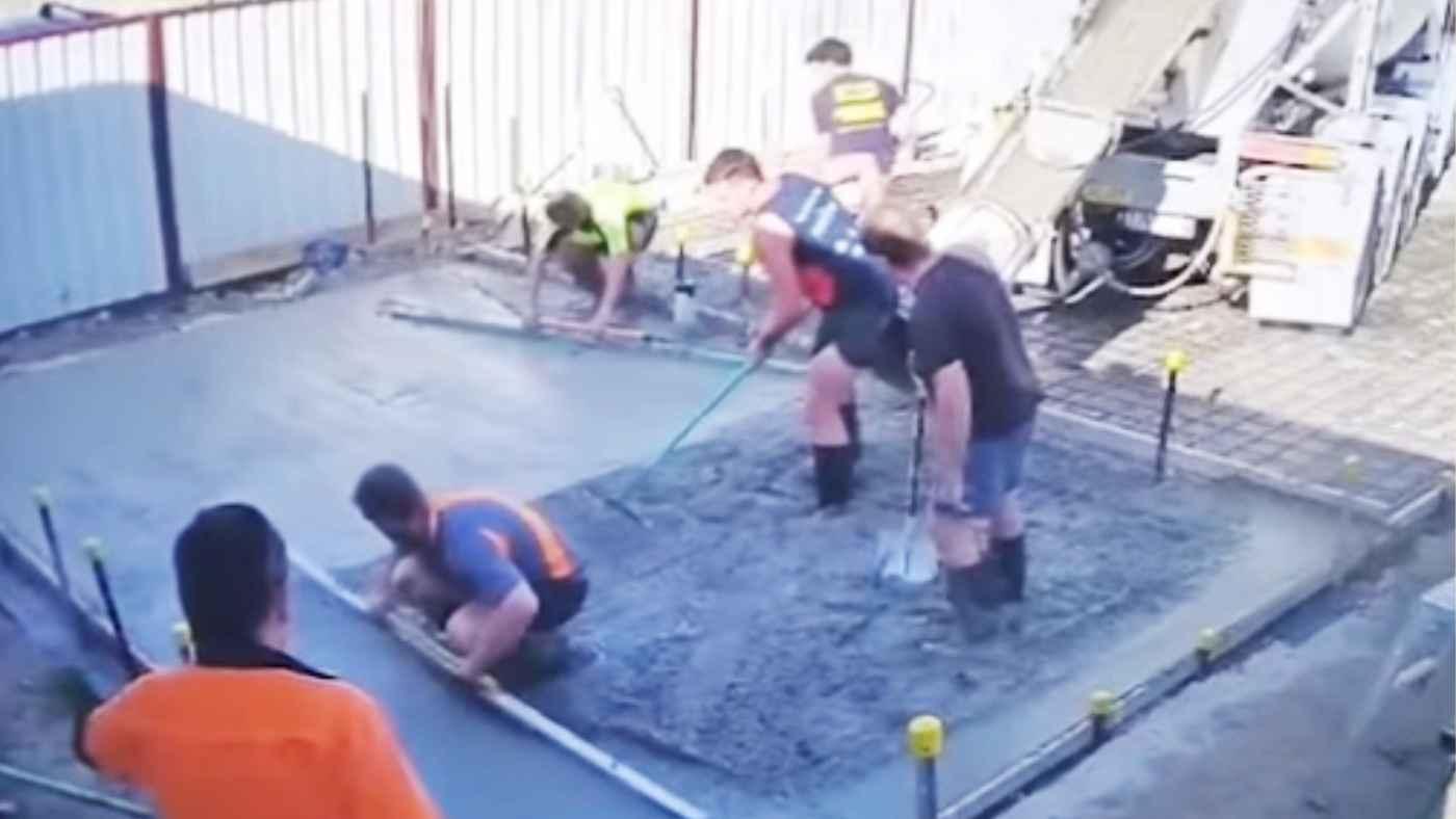 好奇心旺盛な犬が工事現場でやらかしまくってしまう動画が話題に!