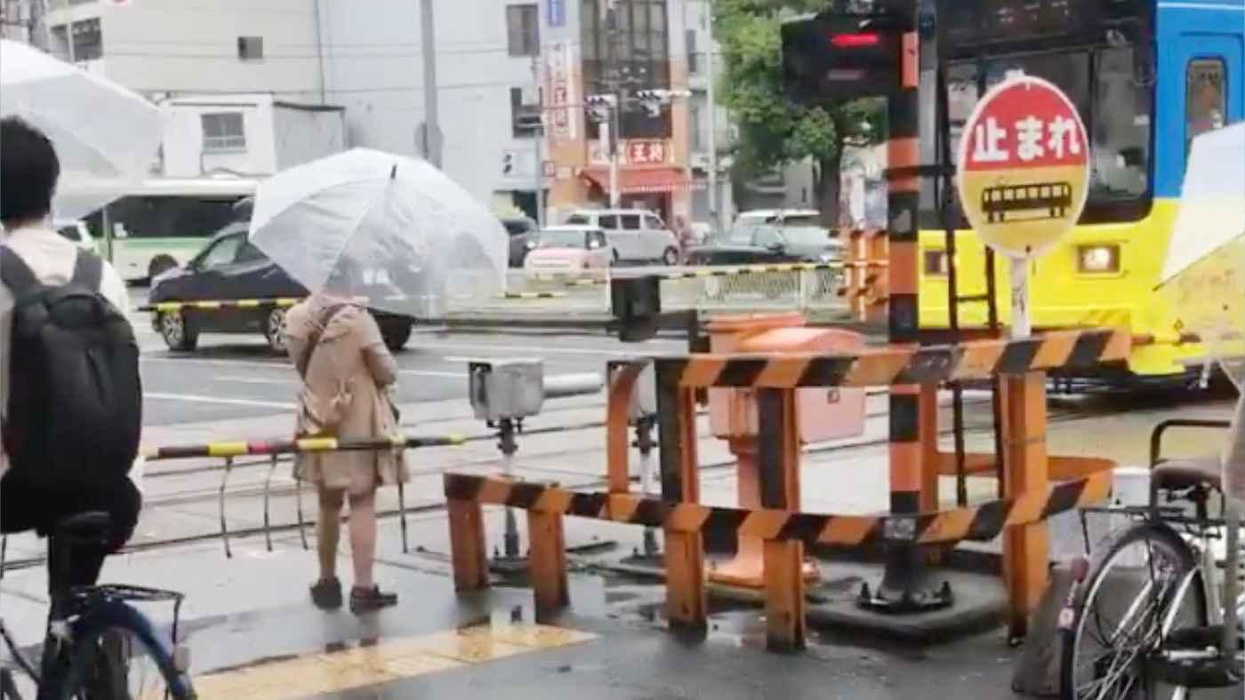 【大阪】閉じた踏切内で立ち止まる迷惑女性が自業自得なことになってしまう