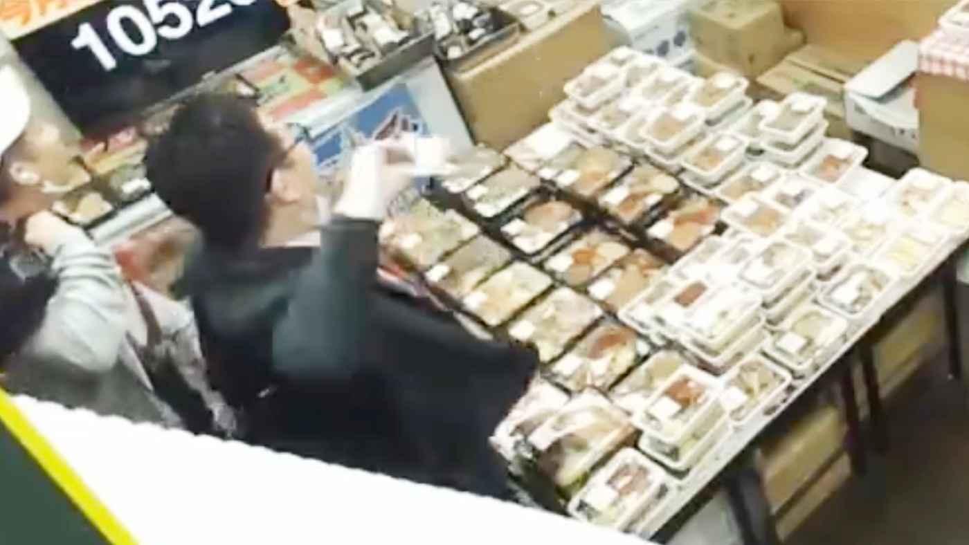 【東京】店内をライブ配信する弁当屋にひどすぎる因縁をつける男が来店!全世界に配信され物議!