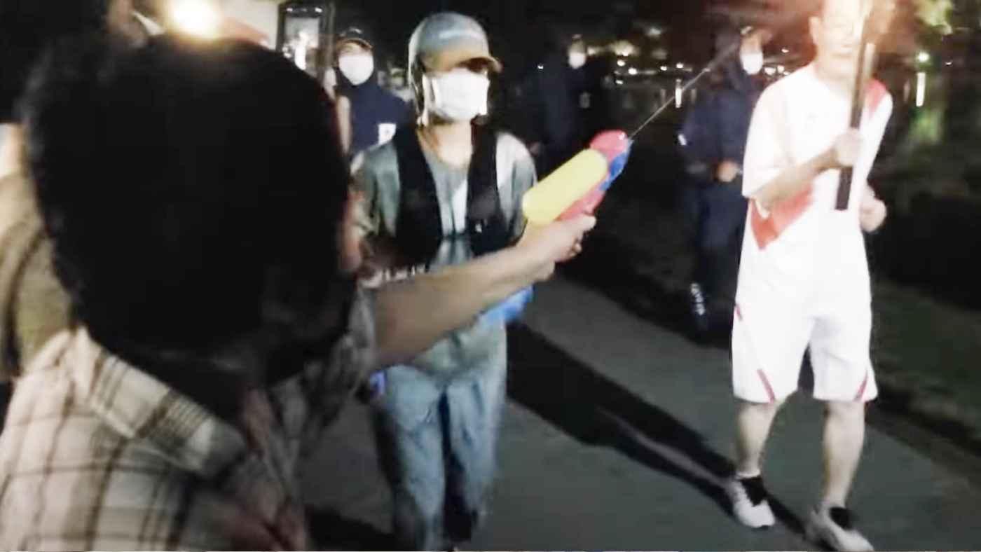 【東京五輪】聖火を水鉄砲で消そうとした女性が逮捕!水をかけ確保される瞬間