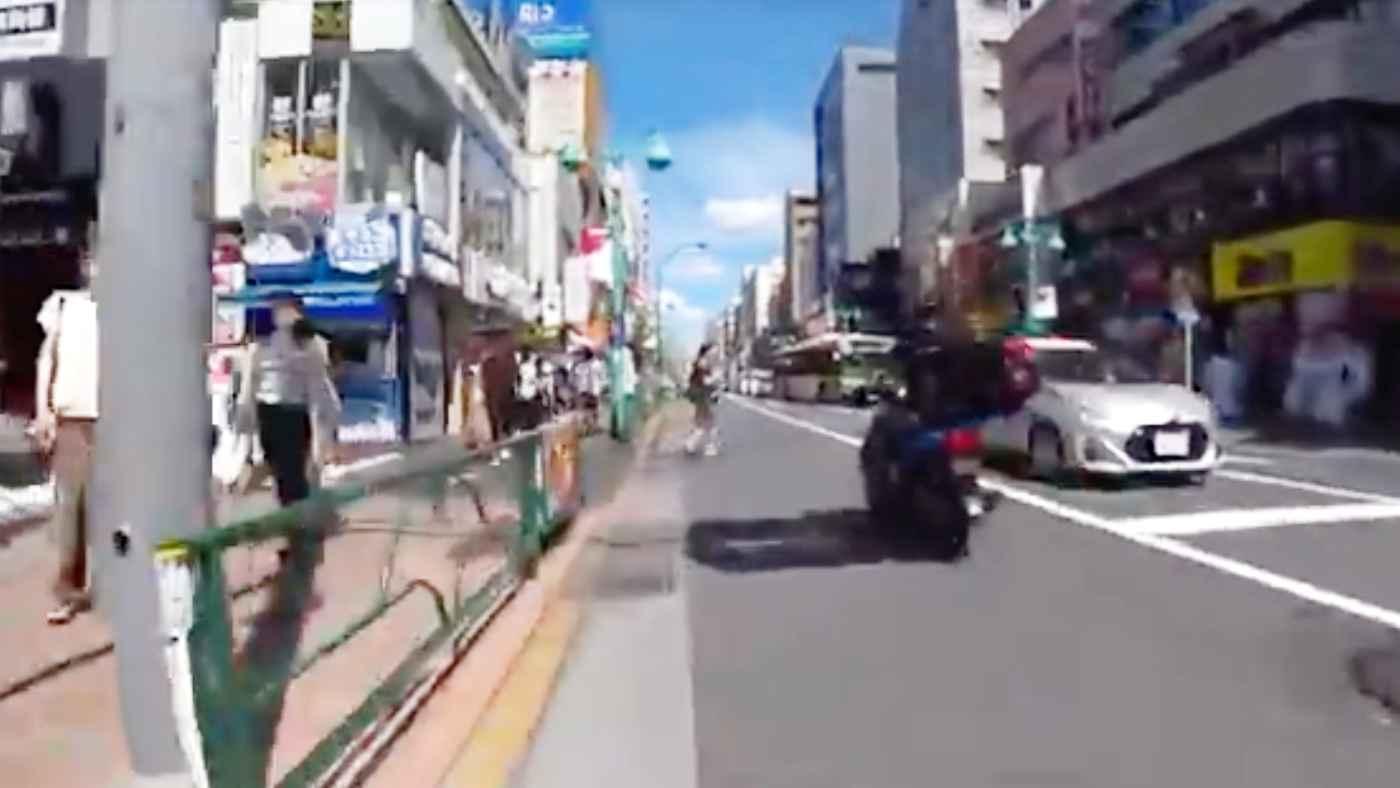 歩きスマホで横断歩道ではない場所(赤信号)を渡る女性、避けようとしたバイクが転んでしまうも女性は無視で立ち去り物議!