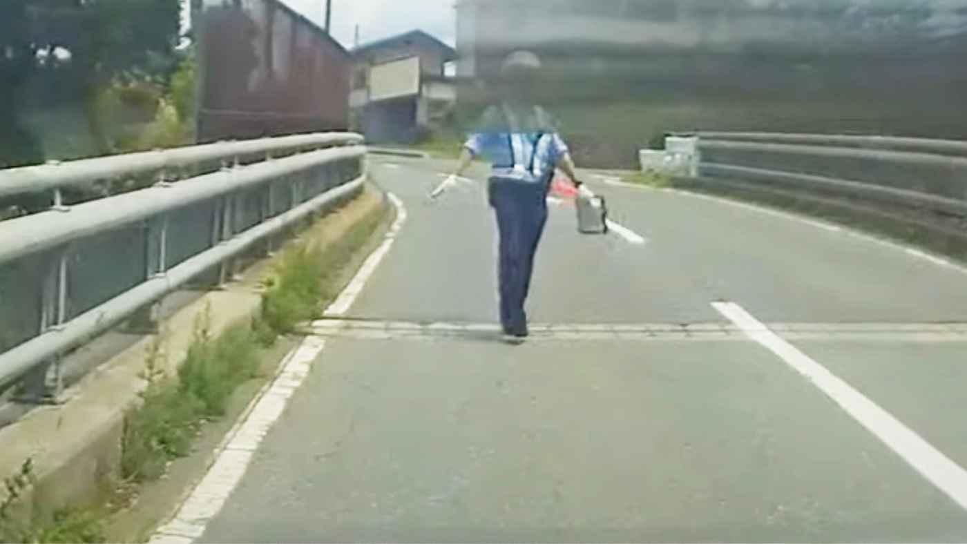 青信号だったのに「赤だった」と言って聞く耳を持たない警察官にドラレコを見せると!ドラレコの重要性を再認識する動画!