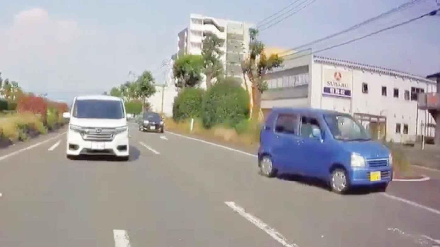 【熊本】赤信号で待つのが嫌で、歩行者のいる歩道を速度も落とさず爆走する軽自動車が撮影され物議!