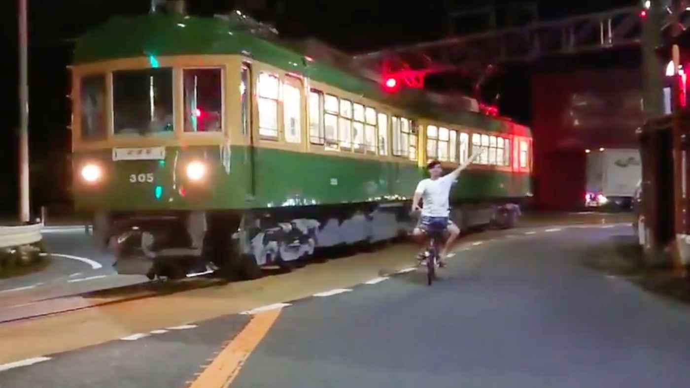 江ノ電を撮影していた電車マニアたち。何も知らない外国人が「ウェーイ」と画角に入ってしまい詰め寄られる動画が物議!