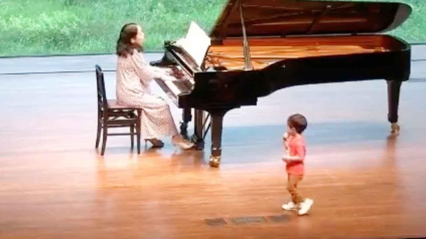ピアノ難曲のクライマックス演奏中に2歳の息子さんがステージに乱入!しかし癒されたと話題に!