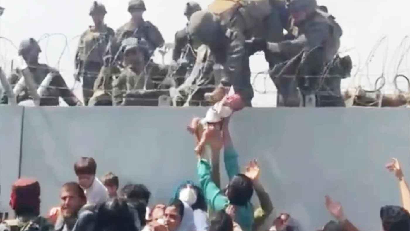 「せめて我が子だけでも」米兵に赤ちゃんを託すアフガニスタンの若い父親と、それに応える米兵の動画が話題に!