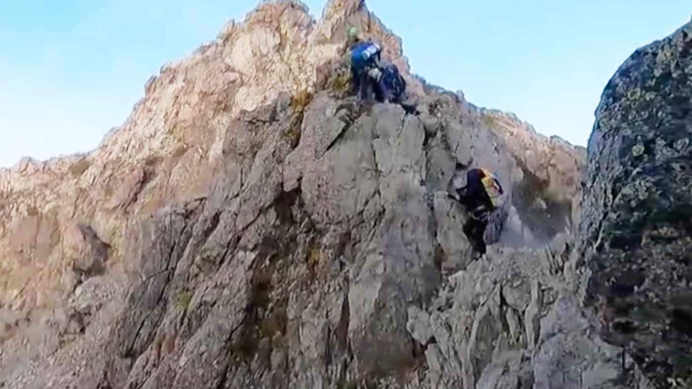 「北鎌尾根」を登山中に地震発生、巨岩がゴロゴロ落ちる恐怖の瞬間!撮影者の冷静な対応に称賛の声!