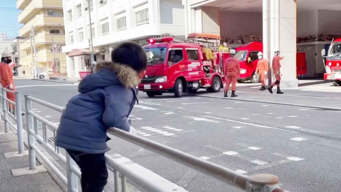【神対応】消防車が大好きな男の子が緊急出動を見ていたら、消防士が思いもよらぬ神対応をしてくれた!