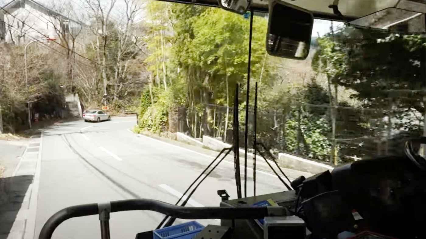 プロの気配りがよく分かる!一見何もない場所で停車したバスドライバーの運転が素晴らしい!