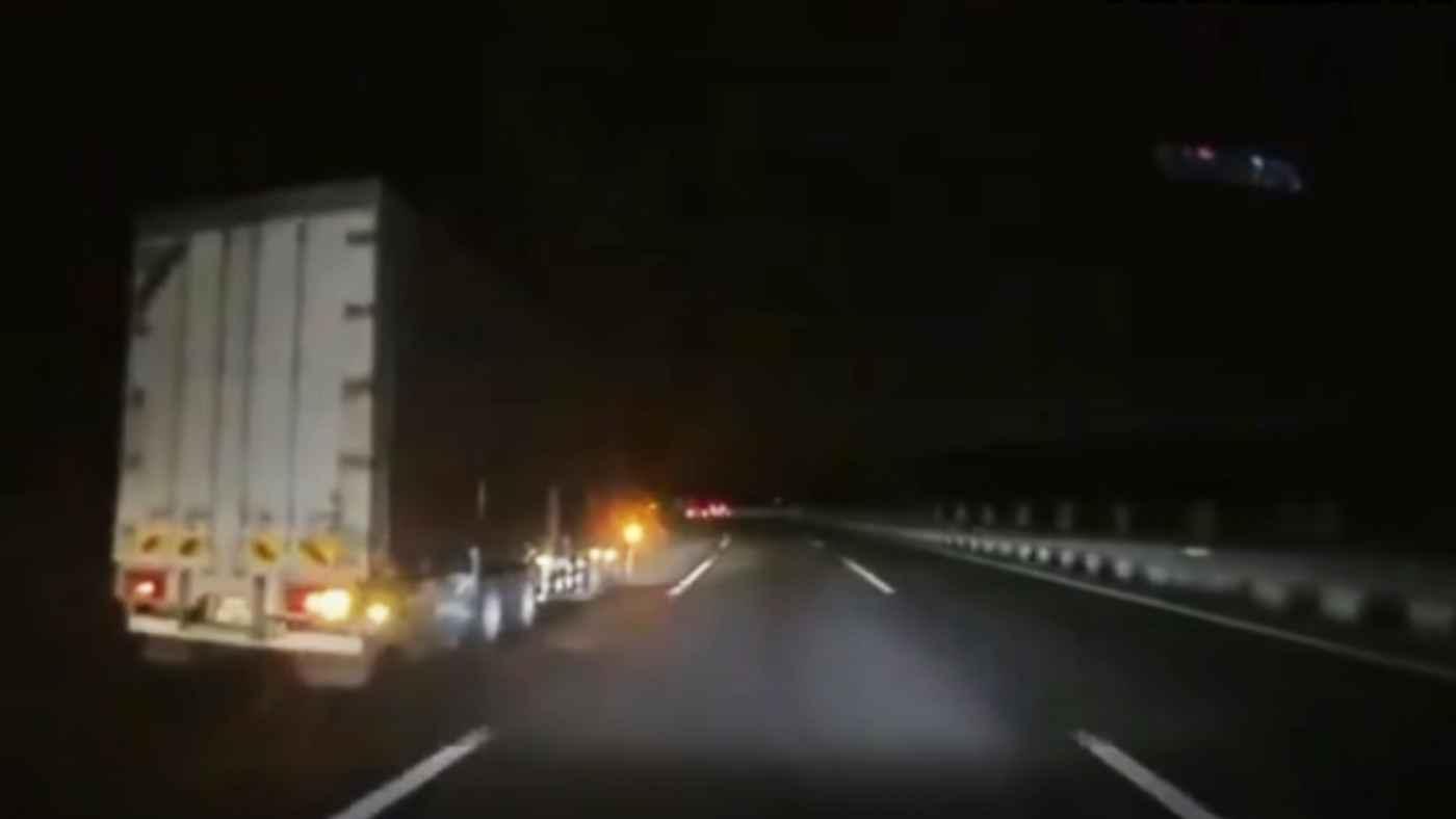 【神回避】「コンマ何秒の奇跡」夜の高速でハザードも付けず停車していた車を回避したドライバーたちの判断に称賛の声!