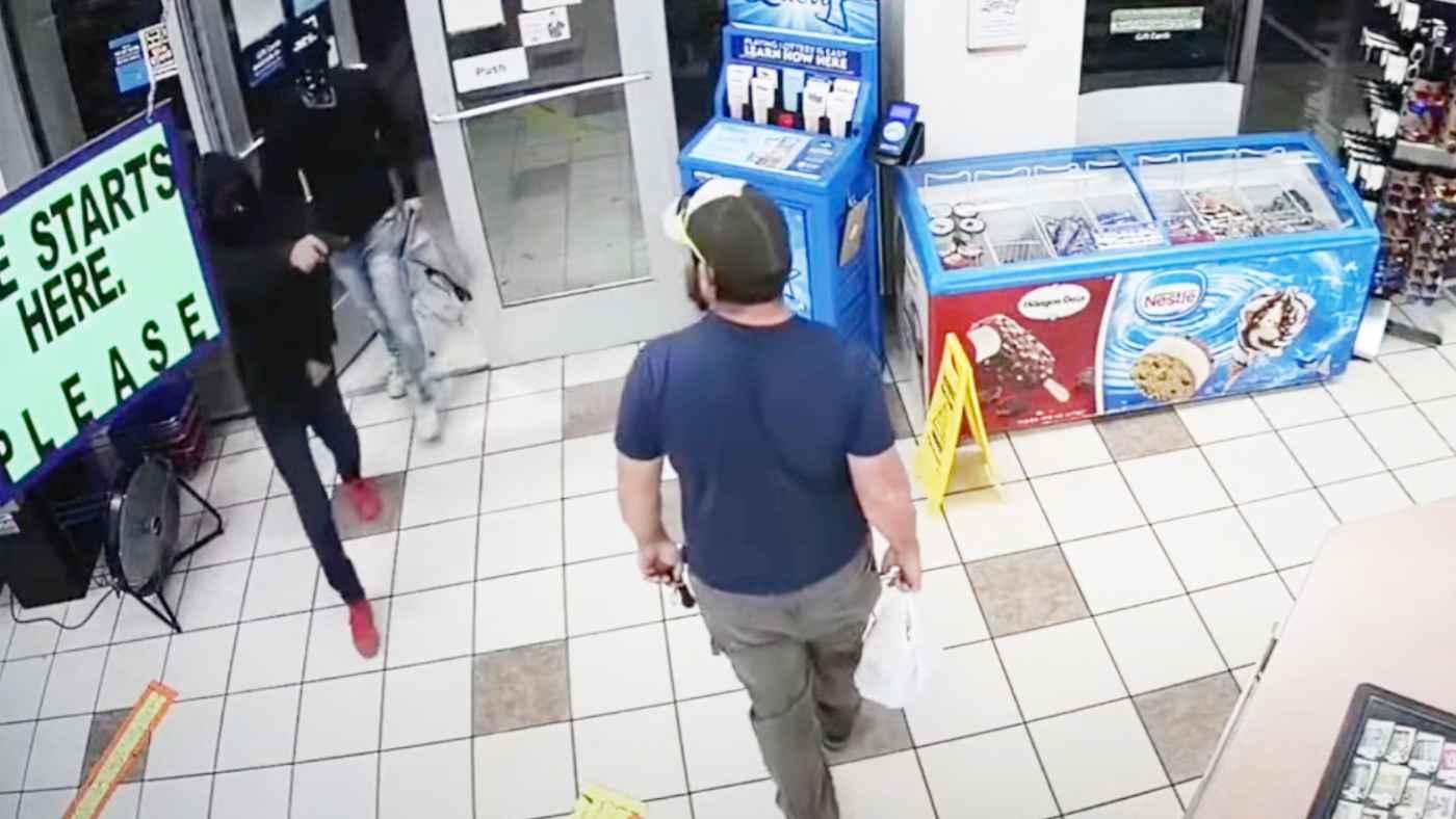 ガソリンスタンドにやって来た強盗の3人を、客のアメリカ海兵隊員が一瞬で制圧し話題に!